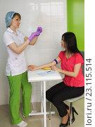 Медицинская сестра берет у пациентки кровь из вены для анализа. Стоковое фото, фотограф Наталья Гармашева / Фотобанк Лори