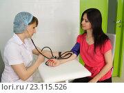 Купить «Медицинская сестра измеряет пациентке давление», фото № 23115526, снято 6 мая 2016 г. (c) Наталья Гармашева / Фотобанк Лори