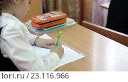 Купить «Школьница за партой, пишет ручкой в тетради, крупный алвн», видеоролик № 23116966, снято 25 мая 2016 г. (c) Кекяляйнен Андрей / Фотобанк Лори