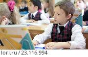 Ученик начальной школы в школьной форме сидит на уроке (2016 год). Редакционное видео, видеограф Кекяляйнен Андрей / Фотобанк Лори