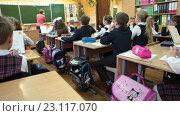 Купить «Урок математики в начальной школе, дети за партами, учитель объясняет у доски», видеоролик № 23117070, снято 25 мая 2016 г. (c) Кекяляйнен Андрей / Фотобанк Лори