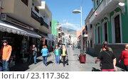 Купить «Туристы прогуливаются узким улицам в исторической части города Санта Круз, Тенерифе, Канары, Испания», видеоролик № 23117362, снято 18 мая 2016 г. (c) Кекяляйнен Андрей / Фотобанк Лори