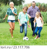 Купить «happy family playing the ball», фото № 23117706, снято 24 сентября 2018 г. (c) Яков Филимонов / Фотобанк Лори
