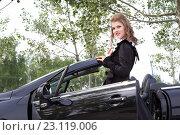 Купить «Молодая девушка в вечернем платье на фоне кабриолета», фото № 23119006, снято 9 июня 2016 г. (c) Момотюк Сергей / Фотобанк Лори