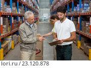 Купить «Worker team is looking a clipboard», фото № 23120878, снято 23 марта 2016 г. (c) Wavebreak Media / Фотобанк Лори