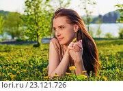 Купить «Портрет красивой женщиной на лугу», фото № 23121726, снято 21 мая 2016 г. (c) Сергей Завьялов / Фотобанк Лори