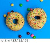 Два пончика на синем фоне. Стоковое фото, фотограф Дегтярева Виктория / Фотобанк Лори