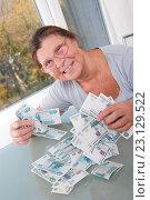 Пожилая женщина с целой кучей денег. Стоковое фото, фотограф Olesya Tseytlin / Фотобанк Лори