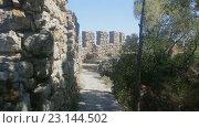 Прогулка вдоль стены крепости в Португалии. Стоковое видео, видеограф Виталий Федотов / Фотобанк Лори