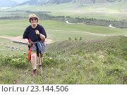 Купить «Женщина поднимается по склону холма», фото № 23144506, снято 18 июня 2016 г. (c) Наталия Макарова / Фотобанк Лори