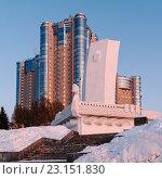Вид на жилой комплекс и ладью на берегу реки Волги города Самара (2012 год). Редакционное фото, фотограф Михаил Никитин / Фотобанк Лори