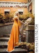 Купить «Девушка в средневековом наряде стоит на лестнице у разрушенного старого здания», фото № 23152734, снято 18 июня 2016 г. (c) Евгения Литовченко / Фотобанк Лори