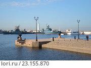 Купить «На Петровской пристани солнечным апрельским днем. Кронштадт», фото № 23155870, снято 21 апреля 2014 г. (c) Виктор Карасев / Фотобанк Лори