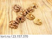 Грецкие орехи на деревянном фоне. Стоковое фото, фотограф Ольга Еремина / Фотобанк Лори