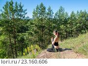 Молодая девушка сидит на горе в позе лотоса. Стоковое фото, фотограф Виктор Хван / Фотобанк Лори