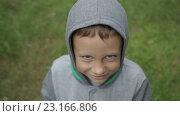 Купить «Грустный мальчик», видеоролик № 23166806, снято 17 июня 2016 г. (c) Олег Башкир / Фотобанк Лори