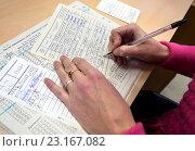 Купить «Библиотекарь делает запись в читательском формуляре формуляр», эксклюзивное фото № 23167082, снято 20 марта 2016 г. (c) Вячеслав Палес / Фотобанк Лори