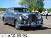 Купить «Автомобиль Rolls-Royce Phantom V выступает на парадае ретроавтомобилей. Керимяки, Финляндия», фото № 23168062, снято 6 июня 2015 г. (c) Виктор Карасев / Фотобанк Лори
