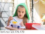 Купить «Девочка рисует красками во дворе в весенний солнечный день и посмотрела в кадр», фото № 23176170, снято 21 апреля 2016 г. (c) Иванов Алексей / Фотобанк Лори
