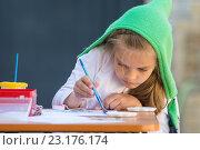 Купить «Девочка увлеченно рисует акварелью сидя за столом во дворе дома», фото № 23176174, снято 21 апреля 2016 г. (c) Иванов Алексей / Фотобанк Лори