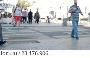 Люди, идущие на улице. Стоковое видео, видеограф Игорь Усачев / Фотобанк Лори