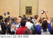 """Толпа туристов фотографируется возле картины Леонардо да Винчи """"Мона Лиза"""" в музее Лувр. Париж (2016 год). Редакционное фото, фотограф Matej Kastelic / Фотобанк Лори"""