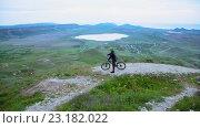 Купить «Велосипедист едет по холмам в Крыму», видеоролик № 23182022, снято 17 июня 2015 г. (c) Tatiana Kravchenko / Фотобанк Лори