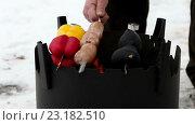 Купить «Мужчина ставит шашлык с овощами и сосисками на дровяной печи», видеоролик № 23182510, снято 19 мая 2016 г. (c) ActionStore / Фотобанк Лори