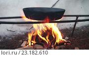 Купить «Сковорода из чугуна на костре в зимний период», видеоролик № 23182610, снято 19 мая 2016 г. (c) ActionStore / Фотобанк Лори