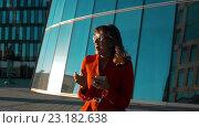 Купить «Девушка радуется сообщению», видеоролик № 23182638, снято 27 июня 2016 г. (c) Алексей Собченко / Фотобанк Лори
