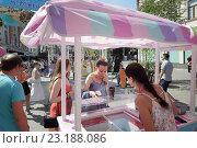 """Купить «Фестиваль """"Московское мороженое"""" на улице Кузнецкий Мост, люди покупают эскимо», эксклюзивное фото № 23188086, снято 26 июня 2016 г. (c) Дмитрий Нейман / Фотобанк Лори"""