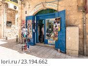 Купить «Магазин салон традиционных еврейских головных уборов Кипа в центре Иерусалима. Израиль.», фото № 23194662, снято 7 августа 2014 г. (c) Игорь Рожков / Фотобанк Лори