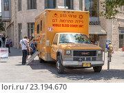 Купить «Мобильный пункт в грузовике для приема донорской крови  в центре Иерусалима. Израиль.», фото № 23194670, снято 7 августа 2014 г. (c) Игорь Рожков / Фотобанк Лори