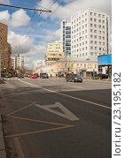 Купить «Выделенная полоса для движения общественного транспорта», эксклюзивное фото № 23195182, снято 21 апреля 2016 г. (c) Svet / Фотобанк Лори