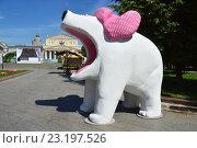 Купить «Городской праздник - фестиваль «Московское мороженое». Скульптура белого медведя в сквере на площади Революции», эксклюзивное фото № 23197526, снято 29 июня 2016 г. (c) lana1501 / Фотобанк Лори