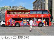 """Купить «Двухэтажный экскурсионный автобус """"City Sihgtseeng"""" на улице Охотный ряд ждет пассажиров», эксклюзивное фото № 23199670, снято 29 июня 2016 г. (c) lana1501 / Фотобанк Лори"""