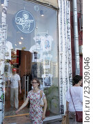 Купить «Москва, магазин сувениров на Большой Бронной», эксклюзивное фото № 23209046, снято 26 июня 2016 г. (c) Дмитрий Неумоин / Фотобанк Лори