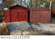 Покосившиеся старые металлические гаражи. Стоковое фото, фотограф Вячеслав Палес / Фотобанк Лори