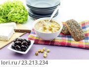 Купить «Куриный суп в белой тарелке на столе крупным планом», фото № 23213234, снято 5 июля 2016 г. (c) Татьяна Ляпи / Фотобанк Лори