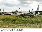 Старые самолеты на стоянке на фоне пасмурного неба (2016 год). Редакционное фото, фотограф Станислав Илюк / Фотобанк Лори