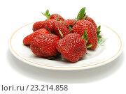 Спелая красная клубника на белой тарелке. Стоковое фото, фотограф Алексей C. / Фотобанк Лори