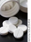 Купить «Лекарство в таблетках на черном фоне», фото № 23219414, снято 7 июля 2016 г. (c) Момотюк Сергей / Фотобанк Лори