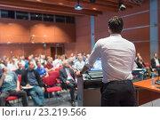 Докладчик выступает перед аудиторией. Редакционное фото, фотограф Matej Kastelic / Фотобанк Лори