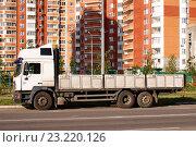 Купить «Трёхосный бортовой грузовик MAN припаркован у обочины в городе», фото № 23220126, снято 6 июля 2016 г. (c) Павел Кричевцов / Фотобанк Лори