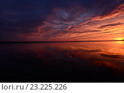 Закат солнца небо отражается на поверхности озера воды. Стоковое фото, фотограф Сергей Кудрявцев / Фотобанк Лори