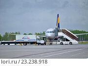 Купить «Пассажирский самолёт и автофургон АэроМар», фото № 23238918, снято 11 мая 2016 г. (c) Зезелина Марина / Фотобанк Лори