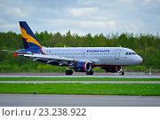 Купить «Самолет компании Донавиа Airbus A319-111 на взлетно-посадочной полосе аэропорта Пулково», фото № 23238922, снято 11 мая 2016 г. (c) Зезелина Марина / Фотобанк Лори