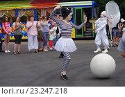 Купить «Выступления мимов в Парке Культуры и отдыха города Жуковский 25 июня 2016 года», фото № 23247218, снято 25 июня 2016 г. (c) Natalya Sidorova / Фотобанк Лори