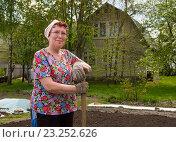 Купить «Женщина 50 лет стоит с лопатой в руках на дачном участке», эксклюзивное фото № 23252626, снято 5 мая 2016 г. (c) Вячеслав Палес / Фотобанк Лори