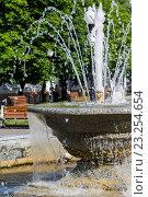 Фрагмент фонтана в сквере города Черняховска Калининградской области (2016 год). Редакционное фото, фотограф Ксения Семенова / Фотобанк Лори